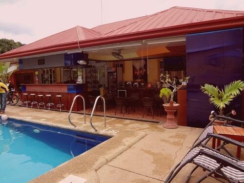 Zwembad en bar Hotel B01 - Puerto Princesa