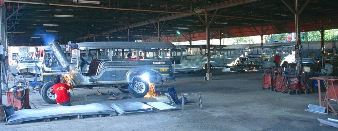 Onderweg naar Tagaytay kunt u een Jeepney fabriek bezoeken